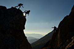在山边的登山人 免版税库存图片