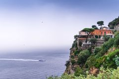 在山边缘的旅馆,出于对在美丽的索伦托的海雨云考虑,阶海湾在意大利,旅行和 免版税库存照片