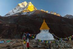 在山迁徙的道路的佛教stupa在喜马拉雅山,尼泊尔 图库摄影