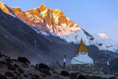 在山迁徙的道路的佛教stupa在喜马拉雅山,尼泊尔 免版税库存图片