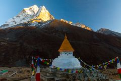 在山迁徙的道路的佛教stupa在喜马拉雅山,尼泊尔 免版税图库摄影