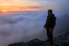 在山里人的日落雾的 图库摄影