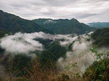 在山附近的云彩 库存照片