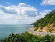 在山附近的海边路在东部沿海 库存照片