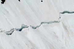 在山雪的巨大的裂缝 免版税库存照片