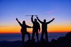 在山顶的上升的队 免版税库存照片