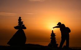 在山顶的日出与禅宗石头 免版税库存图片