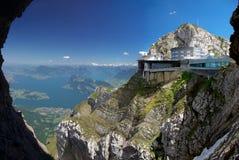在山顶的现代大厦 免版税库存照片