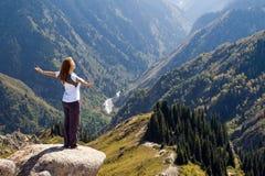 在山顶的瑜伽 免版税库存照片