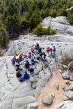 在山顶的远足者野餐 库存照片
