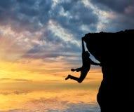 在山顶部的上升的登山人 免版税库存照片