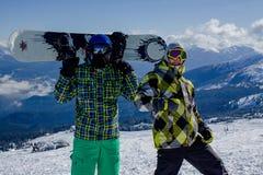 在山顶部的两个年轻人 T 图库摄影