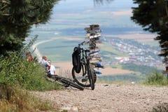 在山顶部的两辆黑自行车 库存照片