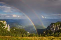 在山顶部的双重彩虹 库存图片