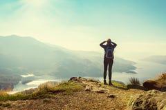 在山顶部的女性远足者 免版税库存图片