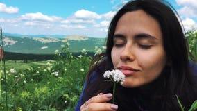 在山顶部的妇女 游人庆祝自然生活美丽如画的风景,当享受假期旅行时 股票视频