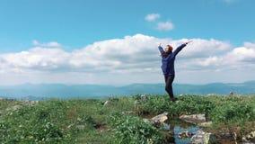 在山顶部的妇女 游人庆祝自然生活美丽如画的风景,当享受假期旅行时 股票录像