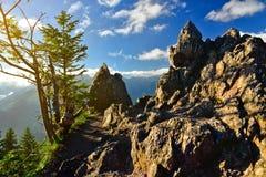 在山顶部的岩石早晨 免版税库存图片