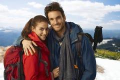 在山顶部的愉快的远足者夫妇 免版税图库摄影