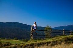 在山顶部的旅游妇女与蓝天 免版税图库摄影