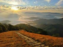 在山顶部的日出 免版税库存图片