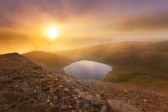 在山顶部的日落光 库存照片