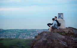 在山顶部的朋友 免版税库存照片