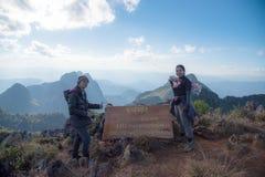 在山顶部的游人与消息土井Laung Chiangdao ` `峰顶  库存图片