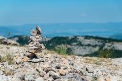 在山顶部的石标 免版税库存图片