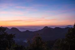 在山顶部的美好的日落在土井Ang Khang, Thaila 库存照片