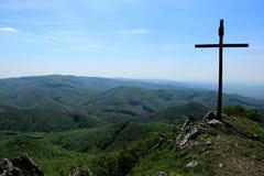 在山顶部的耶稣受难象 免版税库存照片