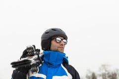 在山顶部的英俊的滑雪者人 雾 时数横向季节冬天 S 免版税库存图片