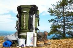 在山顶部的野营的元素设备 免版税库存图片