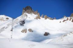 在山顶附近的驾空滑车 库存照片