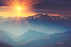 在山风景的五颜六色的日落 严重的阴暗天空 库存图片