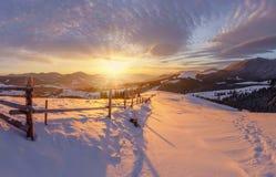 在山风景的冬天日出 免版税库存图片