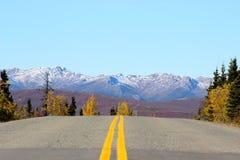 在山风景的双重黄色高速公路线 免版税库存照片
