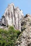 在山风景的大岩石 免版税库存图片