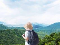 在山风景的妇女旅客与白色雾的 免版税图库摄影