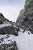 在山风景的岩石足迹在冬天 图库摄影