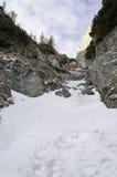 在山风景的岩石足迹在冬天 免版税图库摄影