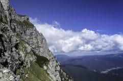 在山风景的岩石足迹在冬天 库存照片