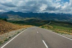 在山风景的柏油路 r 库存照片