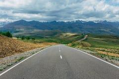 在山风景的柏油路 r 库存图片