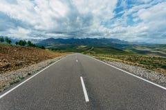 在山风景的柏油路 r 免版税库存图片