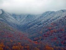 在山风景的第一霜 免版税库存照片