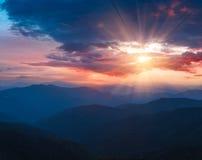 在山风景的美好的全景日落 免版税图库摄影