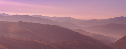 在山风景的美好的桃红色早晨日出 免版税图库摄影