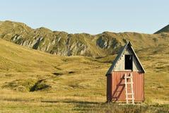 在山高原的小屋 免版税库存照片