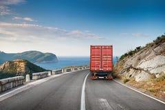 在山高速公路的货物卡车 库存图片